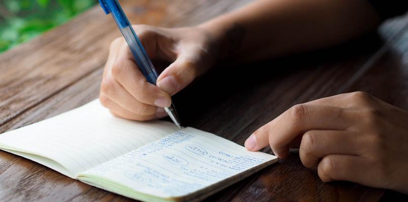 Globetrotter Anne-Li Gownsandroses skriver udgifter ned i notesbog