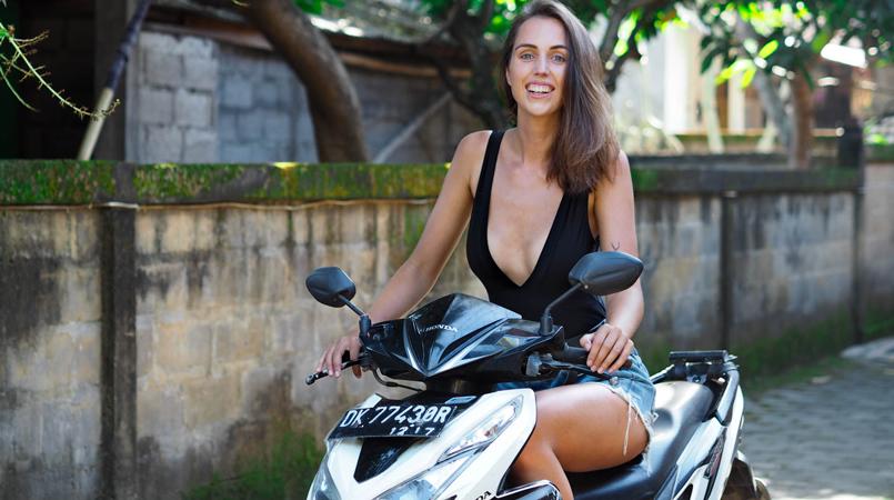 Globetrotter Anne-Li Gownsandroses på scootertur på Bali